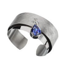 Gold cuff with tanzanite and diamond
