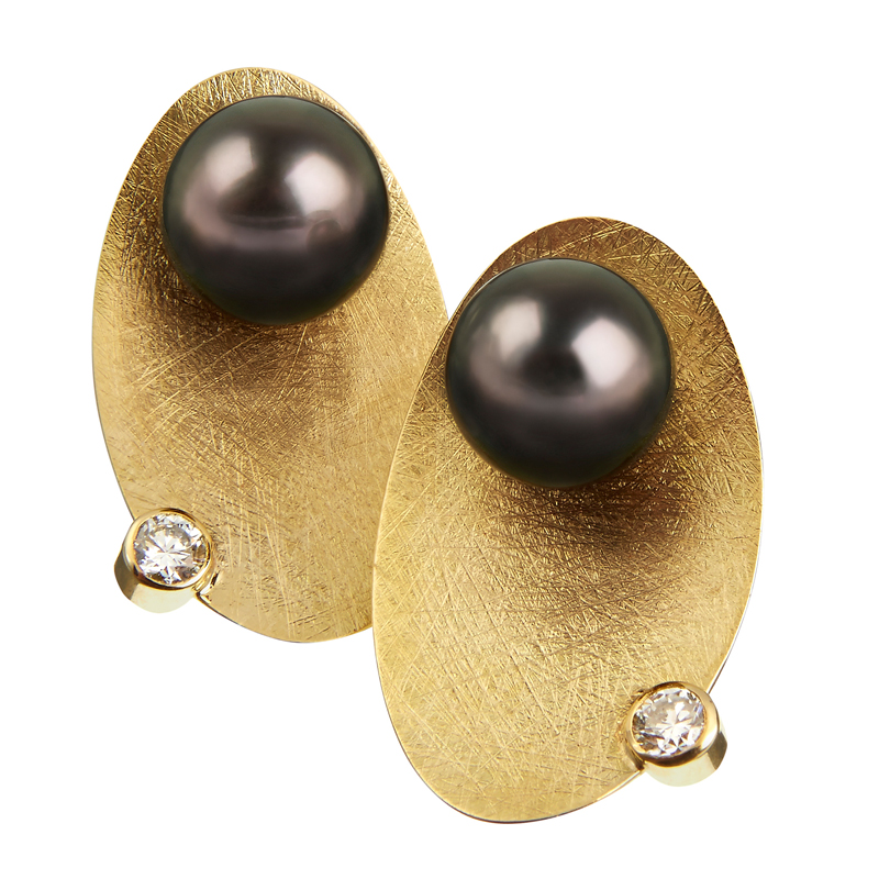 Gold earrings with pearl and diamond