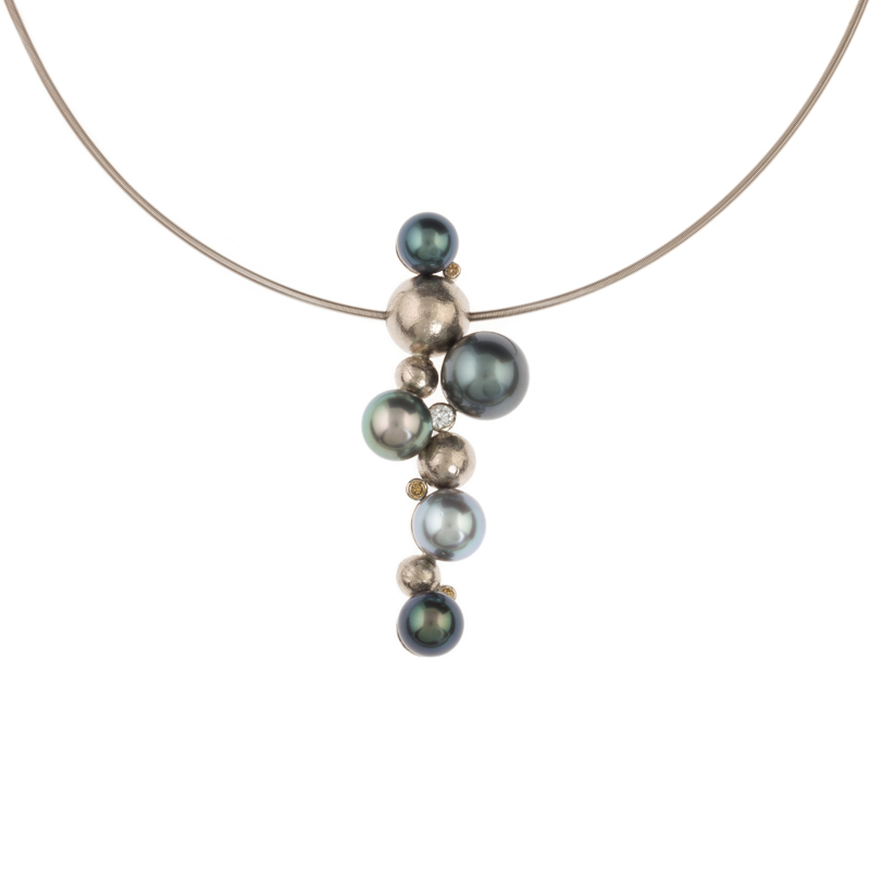 Gold necklace with pearls and diamonds