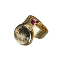 Gold ring with tourmalinated quartz and ruby